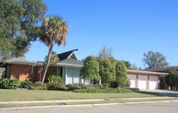 Een huis met garages royalty-vrije stock foto