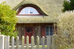 Een huis met traditioneel reetdak royalty-vrije stock afbeeldingen