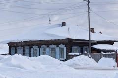 Een huis met veel sneeuw Royalty-vrije Stock Foto's