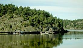 Een huis op de kust van het meer Stock Afbeeldingen