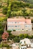 Een huis op een heuvel stock afbeeldingen