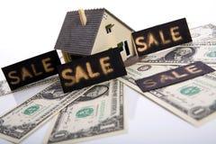 Een huis voor verkoop. Stock Foto