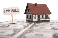 Een huis voor verkoop. stock afbeelding