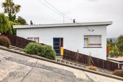Een huis in zeer steil Baldwin Road stock afbeelding