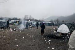 Een humanitaire catastrofe in Vluchteling en Migrantenkamp in Bosnië-Herzegovina De Europese migrerende crisis Balkan route tent royalty-vrije stock foto's