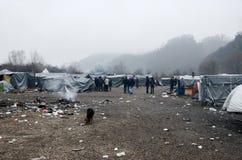 Een humanitaire catastrofe in Vluchteling en Migrantenkamp in Bosnië-Herzegovina De Europese migrerende crisis Balkan route tent royalty-vrije stock afbeelding