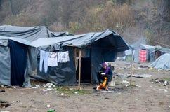 Een humanitaire catastrofe in Vluchteling en Migrantenkamp in Bosnië-Herzegovina De Europese migrerende crisis Balkan route tent stock foto's