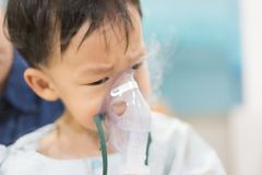 Een humeurige jongen die met een borstbesmetting na een koude of F ziek is royalty-vrije stock afbeeldingen