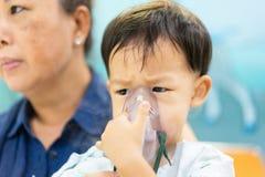 Een humeurige jongen die met een borstbesmetting na een koude of F ziek is royalty-vrije stock afbeelding