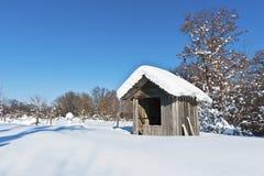 Een hut die met sneeuw wordt behandeld Stock Afbeeldingen