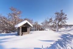 Een hut die met sneeuw wordt behandeld Royalty-vrije Stock Afbeeldingen