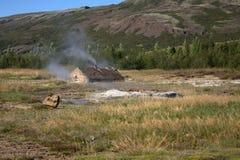Een hut en de hete lentes in IJsland Royalty-vrije Stock Fotografie