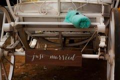 Een ` huwde `-enkel teken op de rug van een vervoer stock foto's