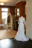 Een huwelijkskleding in een winkel Stock Afbeeldingen