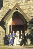 Een huwelijkspartij voor de Kerk van de Drievuldigheidsparochie, Route 169, CT Royalty-vrije Stock Fotografie