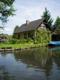 Een idyllisch huis bij de Spreewald-rivier Royalty-vrije Stock Fotografie