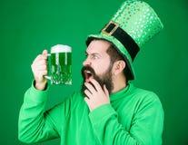Een Ier is nooit gedronken Het gebaarde mens roosteren aan de dag van heilige patricks Hipster in de mok van het de holdingsbier  stock afbeeldingen