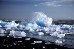 Een ijsberg die door de golven wordt gebroken Stock Foto