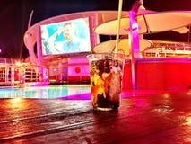 Een ijscoupe door de pool Royalty-vrije Stock Afbeeldingen