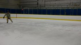 Een ijsschaatser die één been buiten randeinde doen stock footage