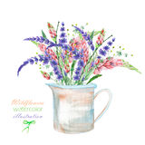 Een illustratie met een boeket van de mooie bloemen en de lavendel van waterverf heldere lupine bloeit in een rustieke kruik Royalty-vrije Stock Afbeeldingen