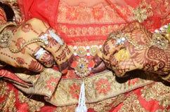 Een Indische bruidegom die haar gouden buikriem tonen maakte boven saree vast royalty-vrije stock fotografie