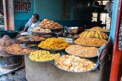 Een Indische kruidenierswinkelopslag met culinaire verrukkingen Royalty-vrije Stock Foto's
