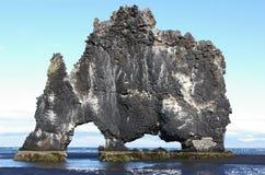 Een indrukwekkende rots op een zandig strand Royalty-vrije Stock Afbeeldingen