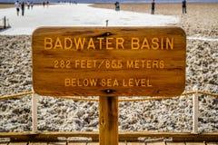 Een ingangsweg die naar Badwater-Bassin in het Nationale Park van de Doodsvallei gaat stock foto's