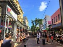 Een ingepakte menigte van toeristen en de plaatselijke bewoners genieten van een lokale straatuitvoerder op de straat van Cuba in stock foto's