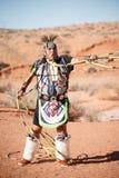 Een Inheemse Amerikaanse Mens die van Navajo Traditionele Dans uitvoeren stock afbeelding