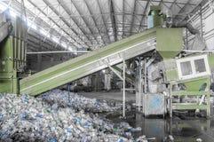 Een installatie voor het recycling van flessen Stock Foto