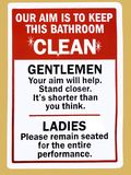 Een instructieteken in een openbaar toilet die adviseren hoe te de badkamers schoon te houden Stock Foto's
