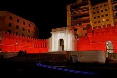 Een intens rood licht verlicht Porta Livorno in de nacht Stock Afbeeldingen