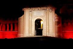 Een intens rood licht verlicht Porta Livorno in de nacht Royalty-vrije Stock Afbeeldingen