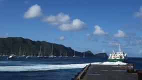 Een inter-eilandveerboot die van de bequia werf vertrekken stock footage