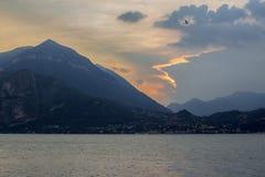 Een interessante bewolkte zonsondergang - een fee-dier met een oog-vogel en gouden contouren royalty-vrije stock afbeeldingen