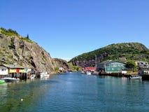Een interessante mening van het kleine visserijdorp en de lokale brouwerij van Quidi Vidi stock fotografie