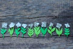 Een interessante samenstelling van de plastic stammen van bloemen en hun levende bloeiwijzen stock afbeelding