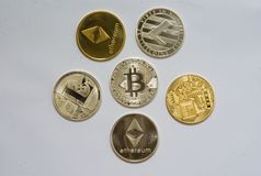 Een inzameling van cryptocurrencymuntstukken stock foto