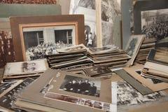 Een inzameling van familiefoto's van 1800's aan jaren '40 Stock Foto's