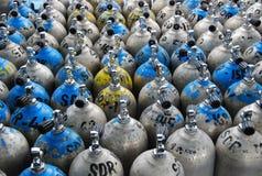 Een inzameling van scuba-uitrustingstanks Stock Foto's
