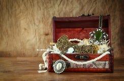Een inzameling van uitstekende juwelen in antieke houten juwelendoos Royalty-vrije Stock Afbeeldingen