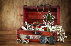 Een inzameling van uitstekende juwelen in antieke houten juwelendoos Stock Fotografie