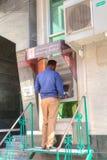 Een Iraanse mens krijgt contant geld in extern ATM Stock Afbeeldingen