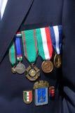 Een Italiaanse teruggetrokken zeeman toont zijn medailles Stock Foto's