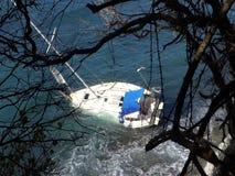 Een jacht aan de grond op een ertsader in de Caraïben stock video