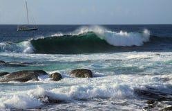 Een jacht dichtbij de kust Royalty-vrije Stock Foto's
