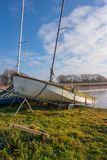 Een Jacht onder omslagen die op het meer in Zuivere Hornsea wachten te gaan royalty-vrije stock foto's