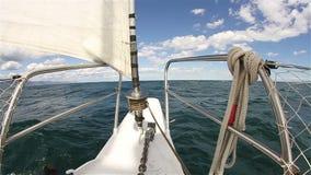 Een jacht vaart op de overzeese golven stock footage